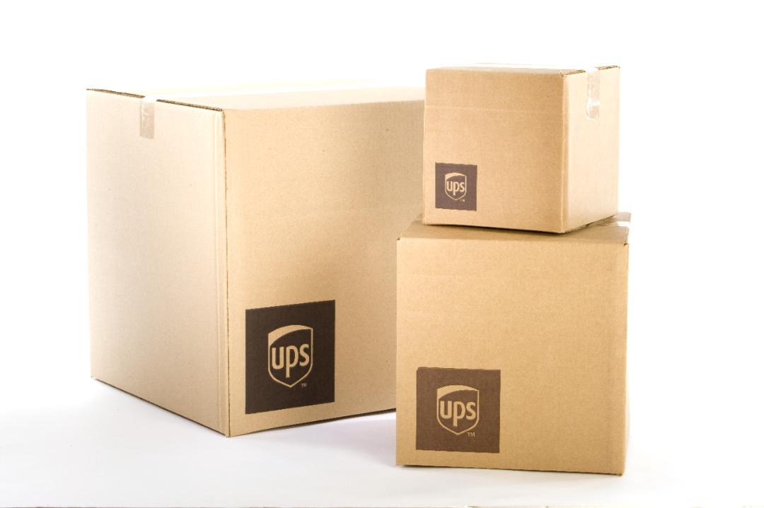 ><p><br></p><h3><strong>L'e-commerce dynamise le secteur</strong></h3><p>Selon un rapport d'IBISworld sur l'industrie, le secteur mondial du global courier service a enregistré un chiffre d'affaires total de 325 milliards de dollars en 2019, soit un taux de croissance d'environ 4 %</p><p>par rapport à l'année précédente. À l'échelle mondiale, le secteur du courrier comprend plus de 580 950 entreprises, employant près de 4,1 millions de personnes. La croissance rapide de l'e-commerce est l'une des principales tendances de ce secteur. Celui-ci a vu de nombreux détaillants en ligne de premier plan, menés par de grands marketplaces tels qu'Amazon et Alibaba – qui représentent désormais près d'un tiers de la vente au détail en ligne mondiale à eux deux – s'impliquant de plus en plus dans la livraison, reflétant l'importance stratégique de celle-ci pour leurs modèles commerciaux. Parallèlement, de nombreuses grandes entreprises de distribution investissent également dans l'amélioration de leurs systèmes d'information, à la fois pour mieux renseigner sur la livraison aux clients finaux et pour améliorer leur efficacité opérationnelle.</p><img class=content_image src=https://www.business-magazine.mu/wp-content/uploads/2020/11/1500-0_20201001123241.jpg alt=