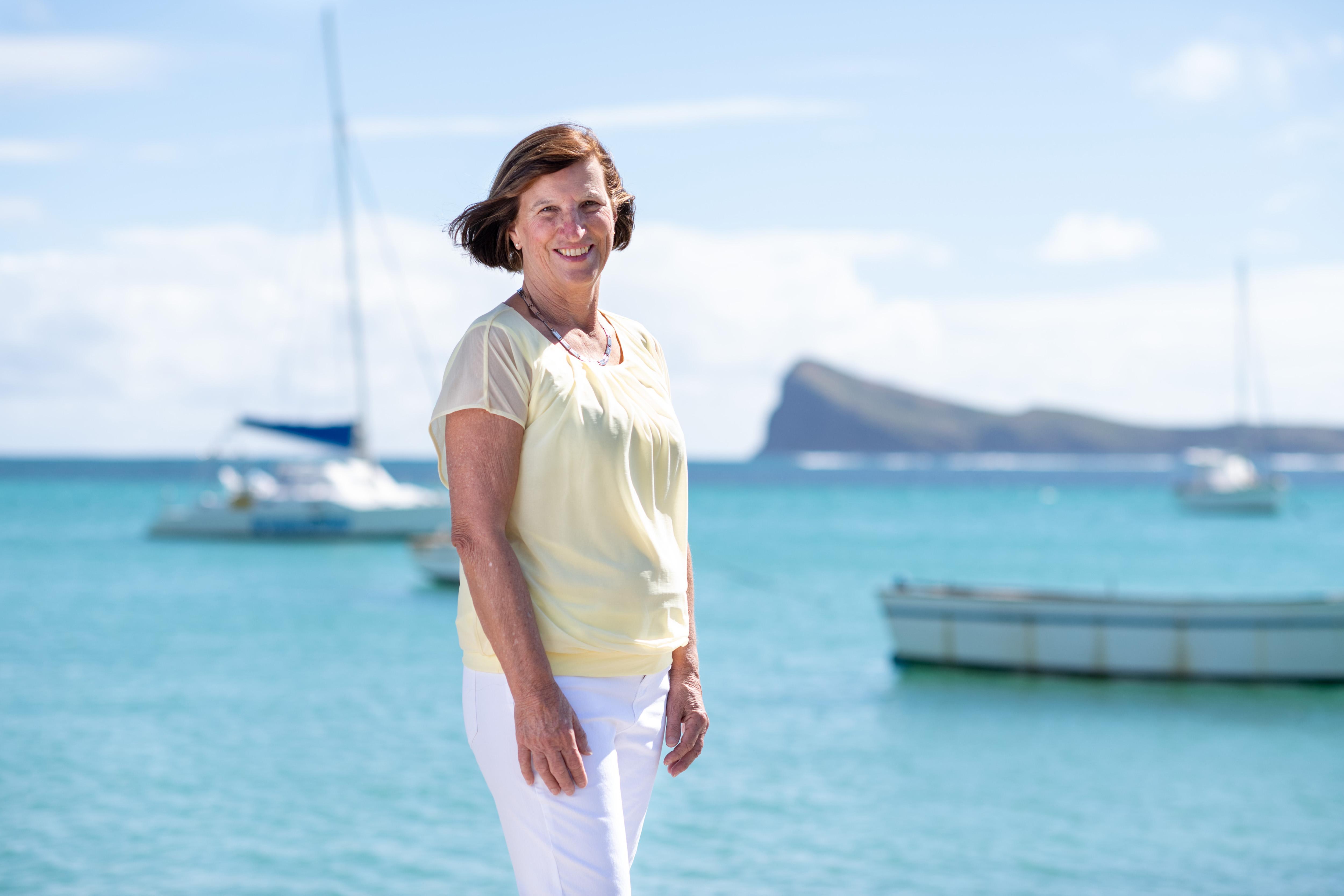 Linda Mamet - Interim CEO}<img class=
