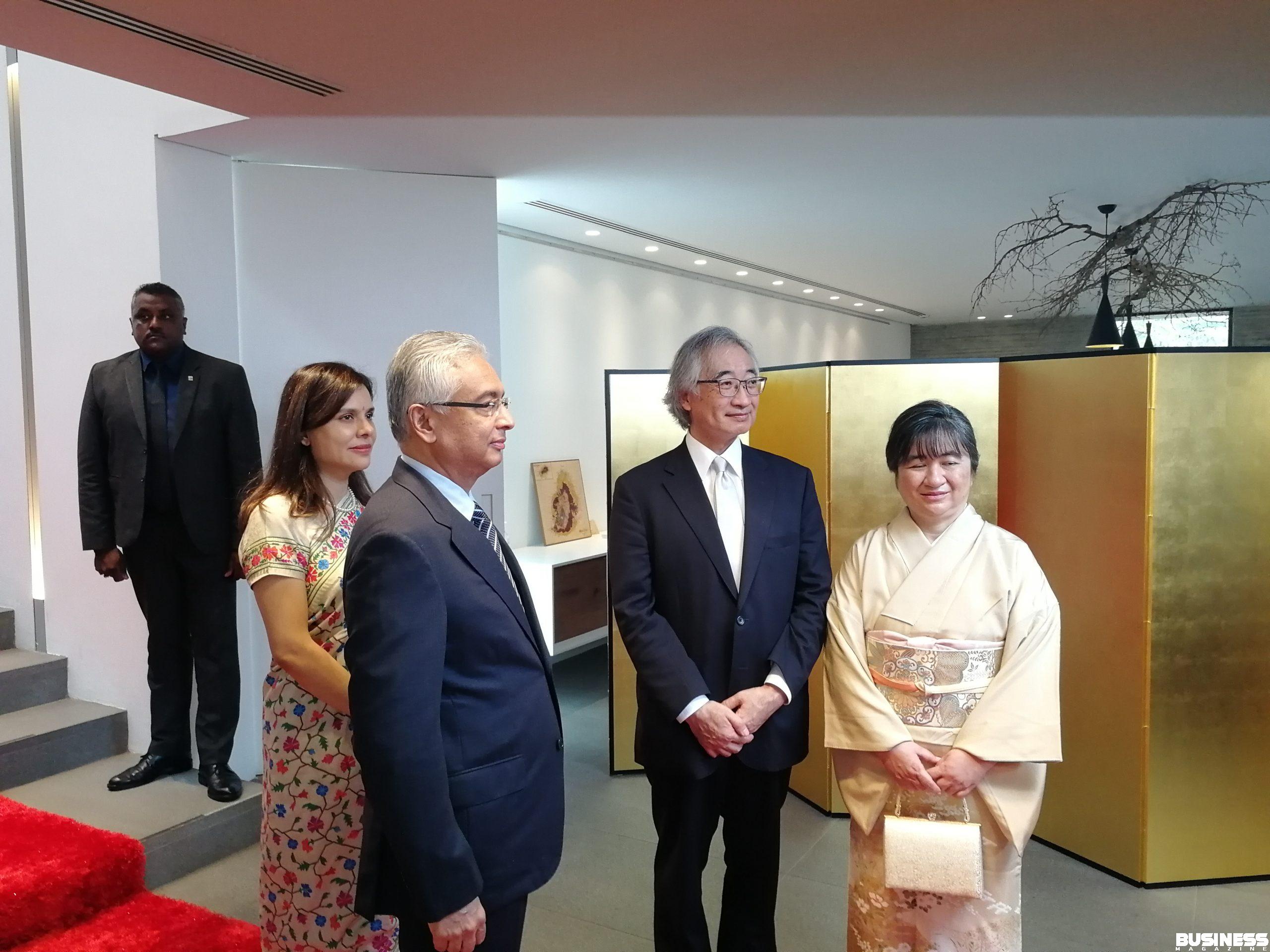 Le Premier ministre mauricien entouré de l'ambassadeur du Japon